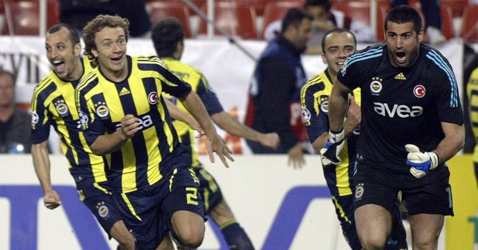 Lugano e Edu Dracena, zagueiros do Fenerbahce, correm para comemorar a vitória sobre o Sevilla, nos pênaltis, pela Liga dos Campeões de 2007/08