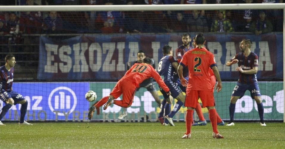 De cabeça, Messi marca seu segundo gol na vitória do Barcelona sobre o Eibar
