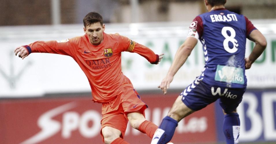 Messi parte para cima da marcação de Jon Errasti, do Eibar