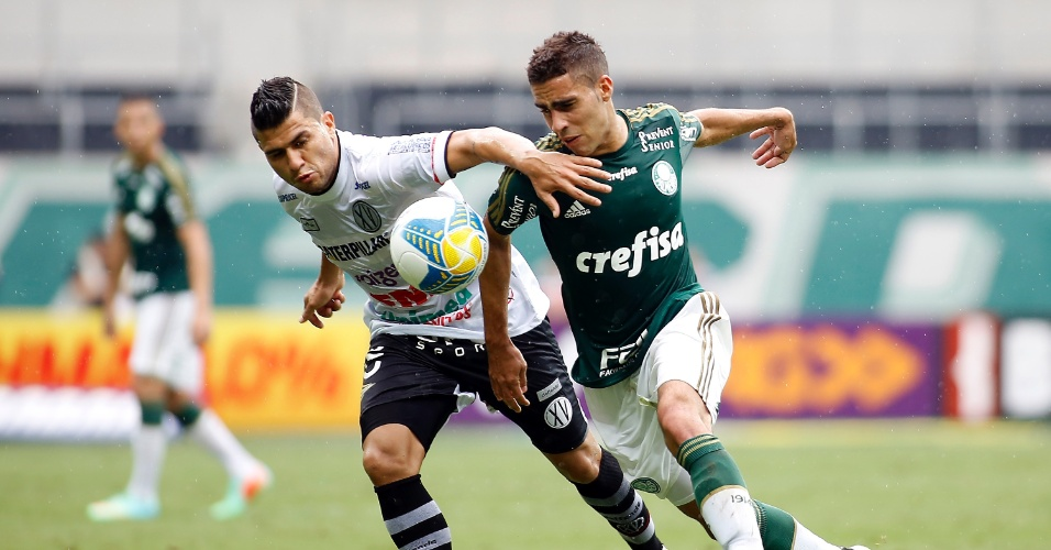 Gabriel do Palmeiras disputa lance com jogador do XV de Piracicaba durante partida do Campeonato Paulista no Allianz Parque