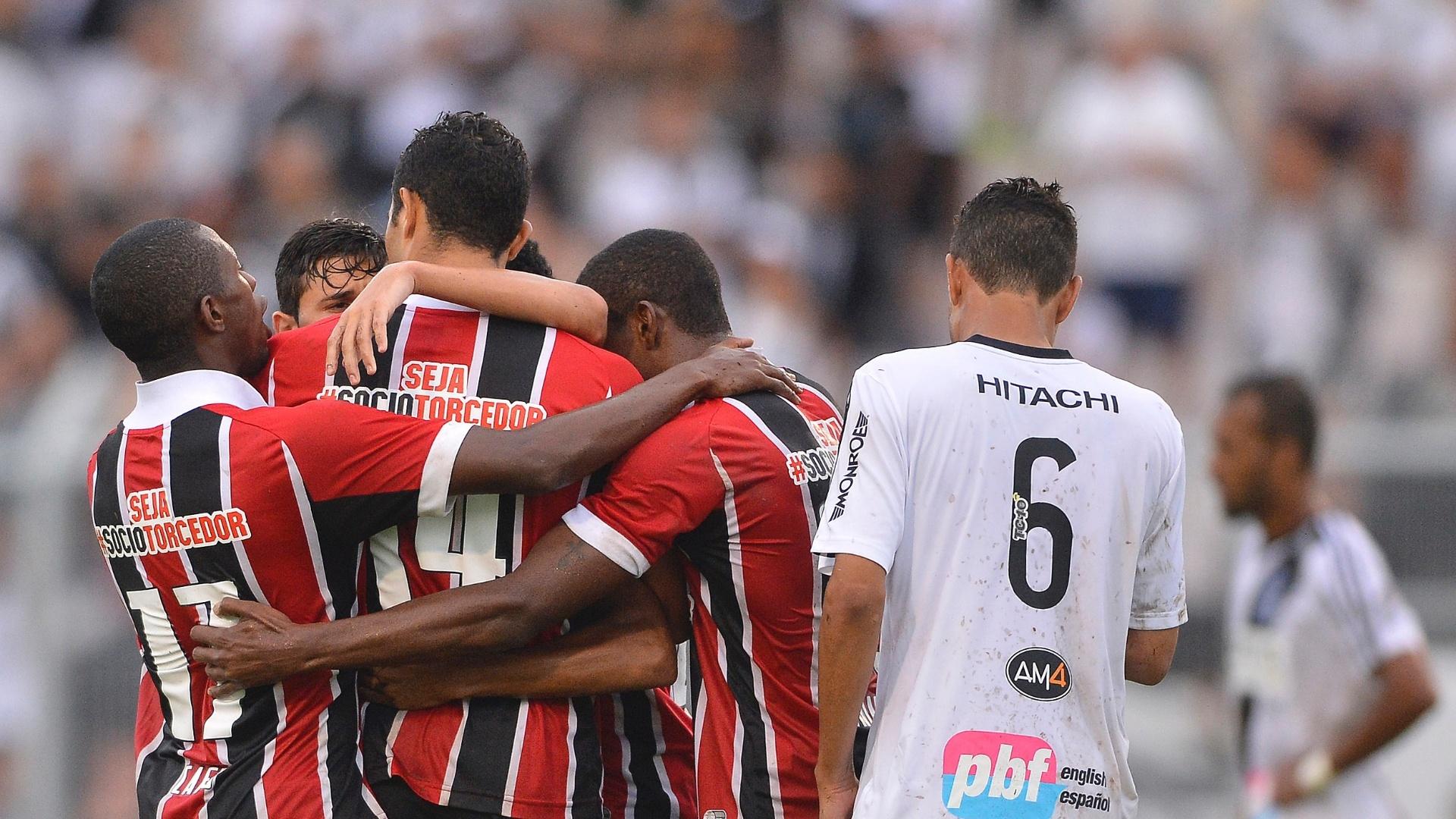 Jogadores do São Paulo comemoram gol de Alan Kardec no jogo contra a Ponte Preta pelo Campeonato Paulista