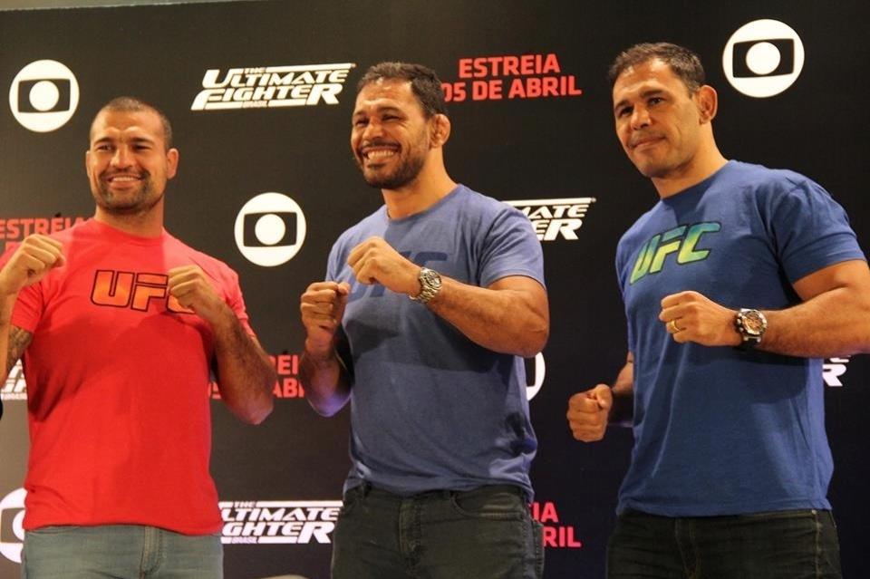 Maurício Shogun (esquerda), posa ao lado de Rodrigo Minotauro (centro) e Rogério Minotouro (direita)