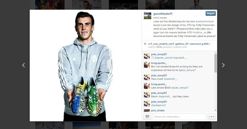 Bale posa, em 2014, com dois modelos coloridos de chuteira que usará pelo Real Madrid