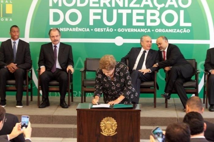 Dilma Rousseff assina medida provisória que renegocia dívidas de clubes com a União