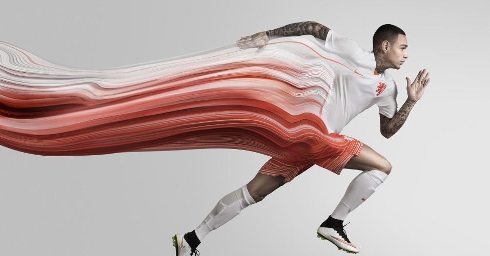 Van der Wiel participa do lançamento do novo uniforme reserva da seleção holandesa