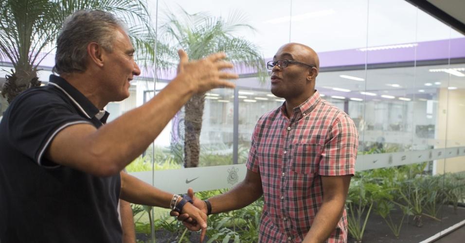 Anderson Silva visita o CT do Corinthians e aproveita para cumprimentar o técnico Tite