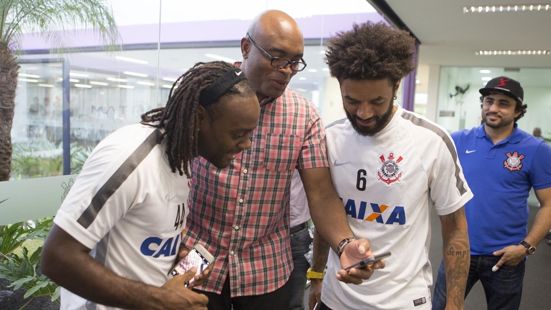 Anderson Silva visita o CT do Corinthians e conversa com Vagner Love e Cristian