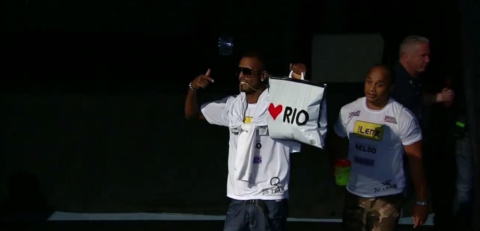 Kevin Souza tentou agradar o público da Arena HSBC com uma sacola em homenagem ao Rio de Janeiro