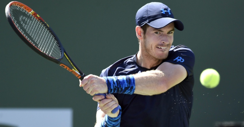 Andy Murray rebate bola em partida contra Novak Djokovic