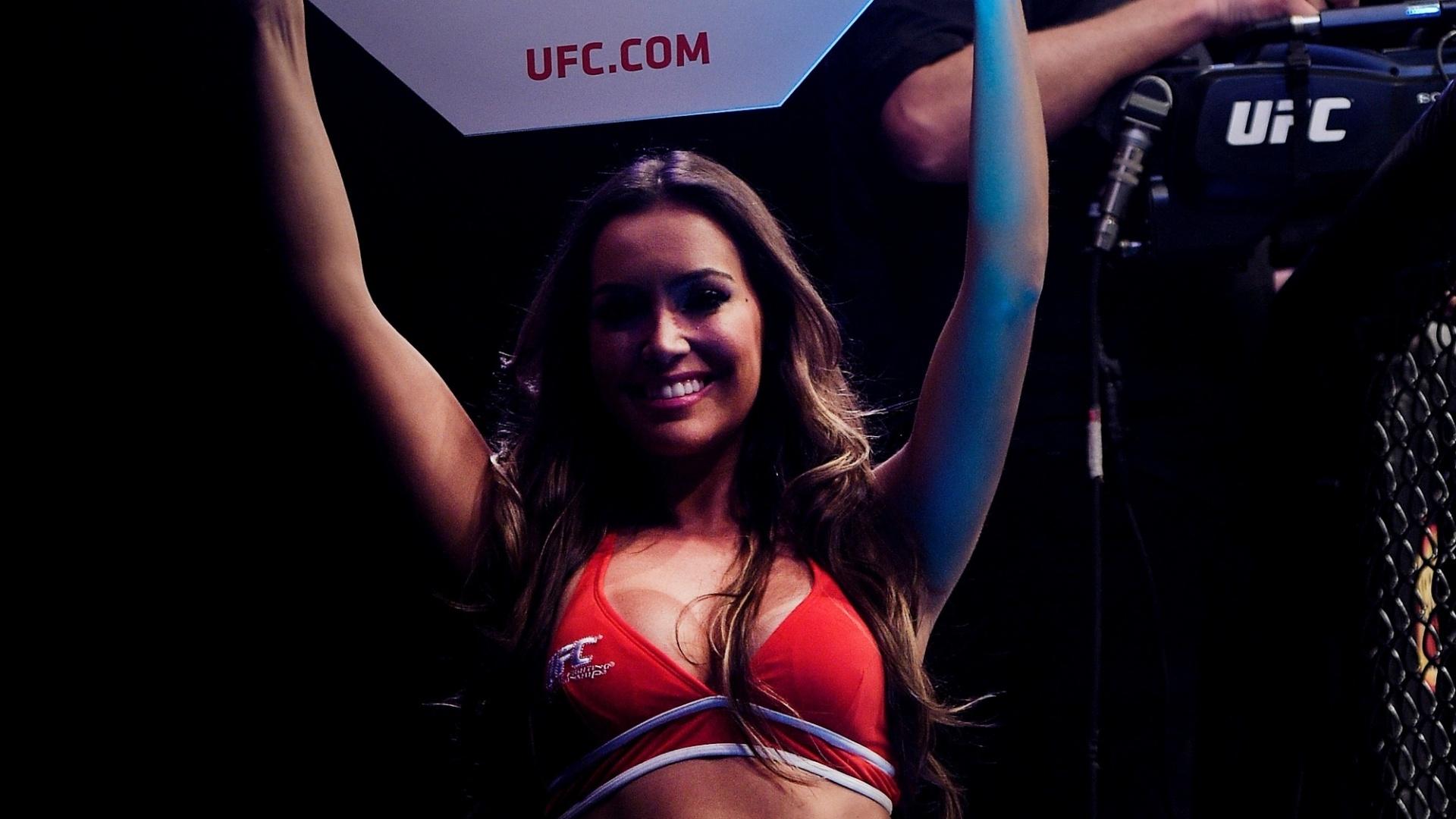 Ring girl Luciana Andrade exibe suas curvas durante o UFC Rio