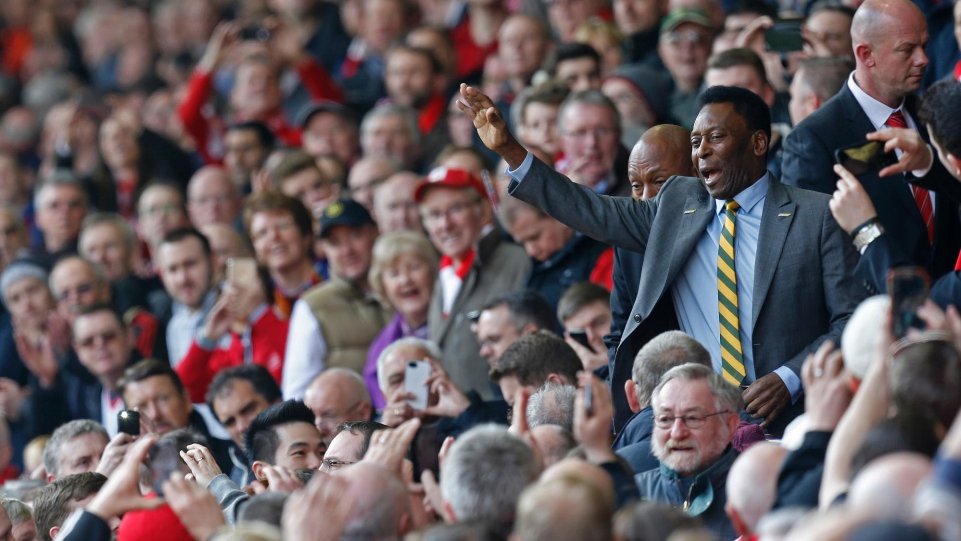 Acompanhando o clássico entre Liverpool e Manchester United, Pelé acena para os fãs em Anfield Road