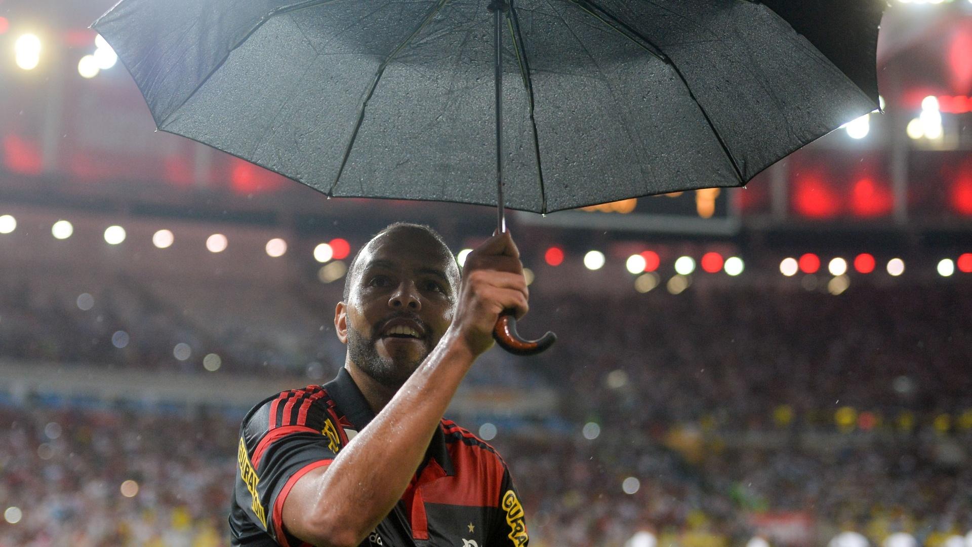 Alecsandro pega guarda-chuva para comemorar gol do Flamengo