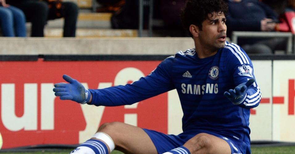 Diego Costa reclama de falta no duelo entre Chelsea e Hull City