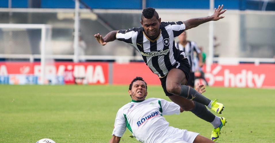Jóbson tenta fazer a jogada para o Botafogo