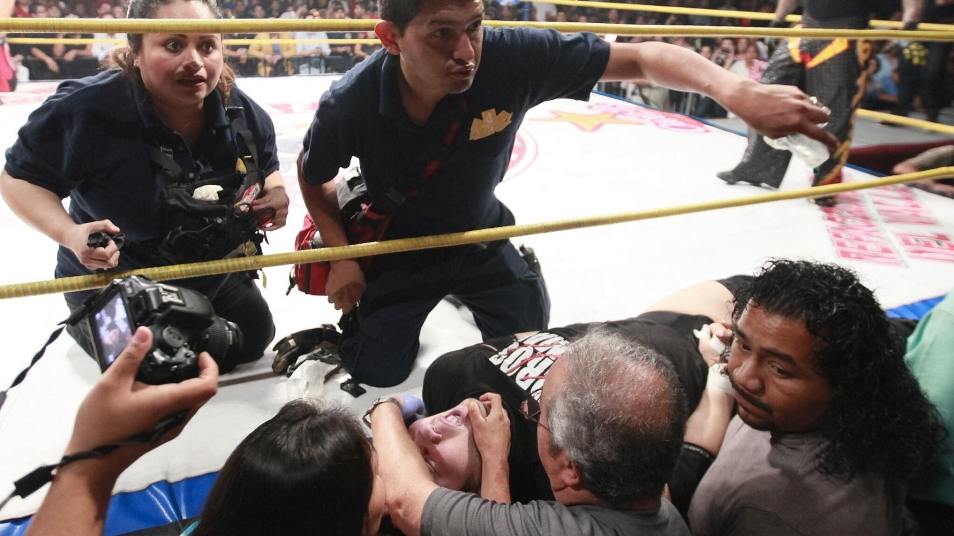 Médicos socorrem Pedro Aguayo Ramirez, atleta de luta livre que morreu durante um combate em Tijuana, no México