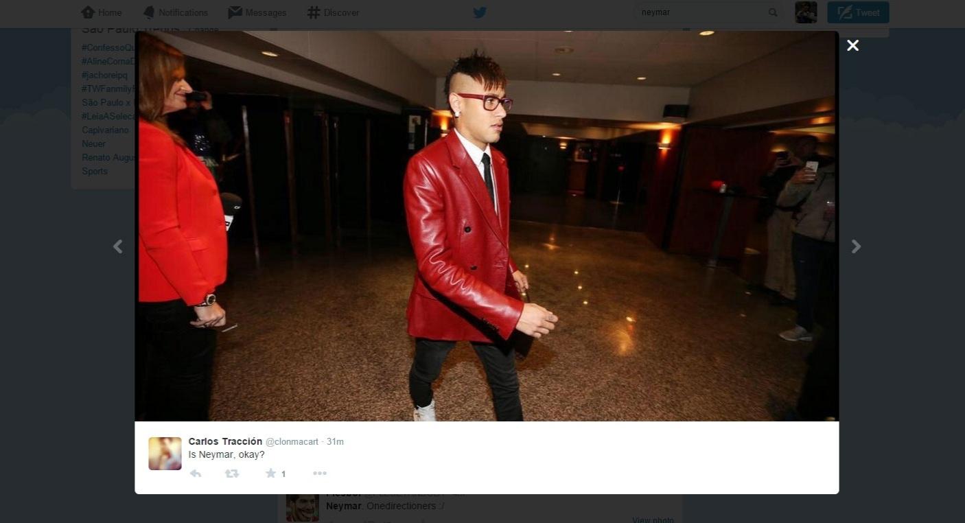 Neymar, atacante do Barcelona, chega para o clássico contra o Real Madrid usando um paletó vermelho