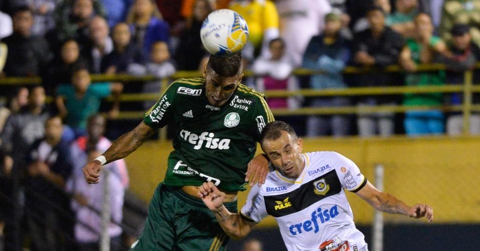 Rafael Marques tenta levar vantagem na dividida na partida do Palmeiras contra o São Bernardo