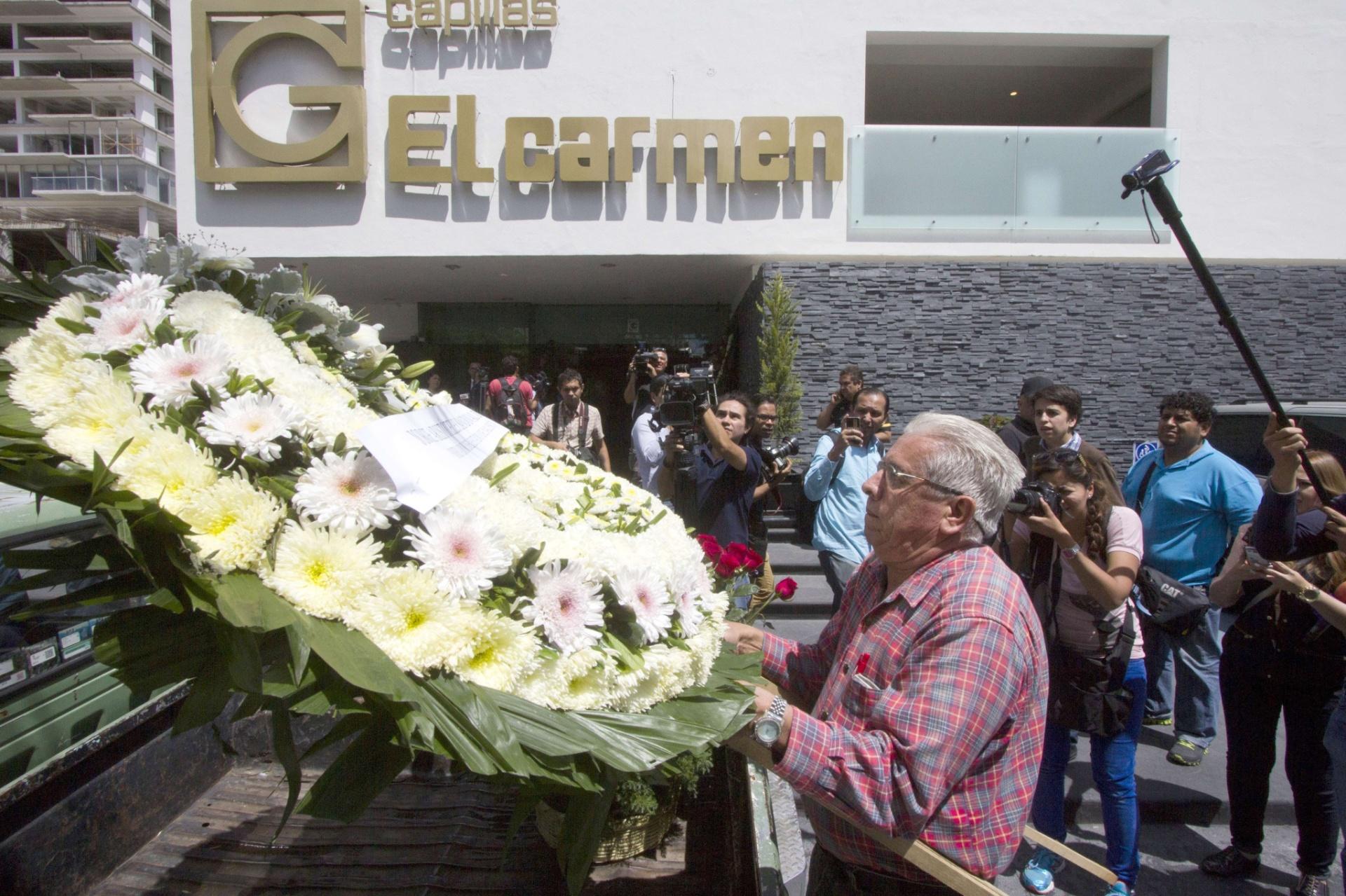 Coroa de flores é colocada sob o corpo do atleta de luta livre Pedro Aguayo Ramirez, que morreu durante uma luta da modalidade