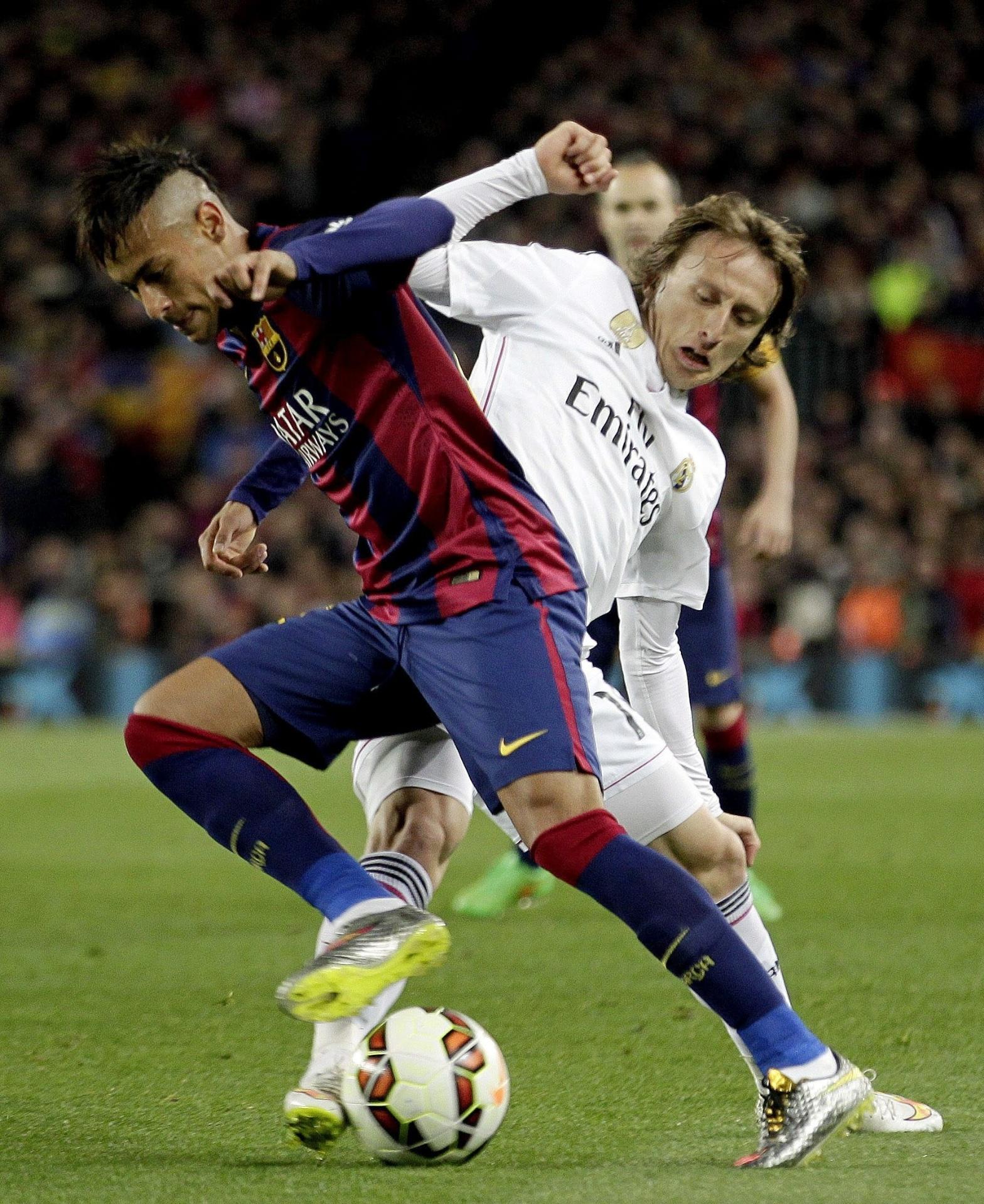 Modric, do Real Madrid, tenta tomar a bola de Neymar, do Barcelona, pelo Campeonato Espanhol