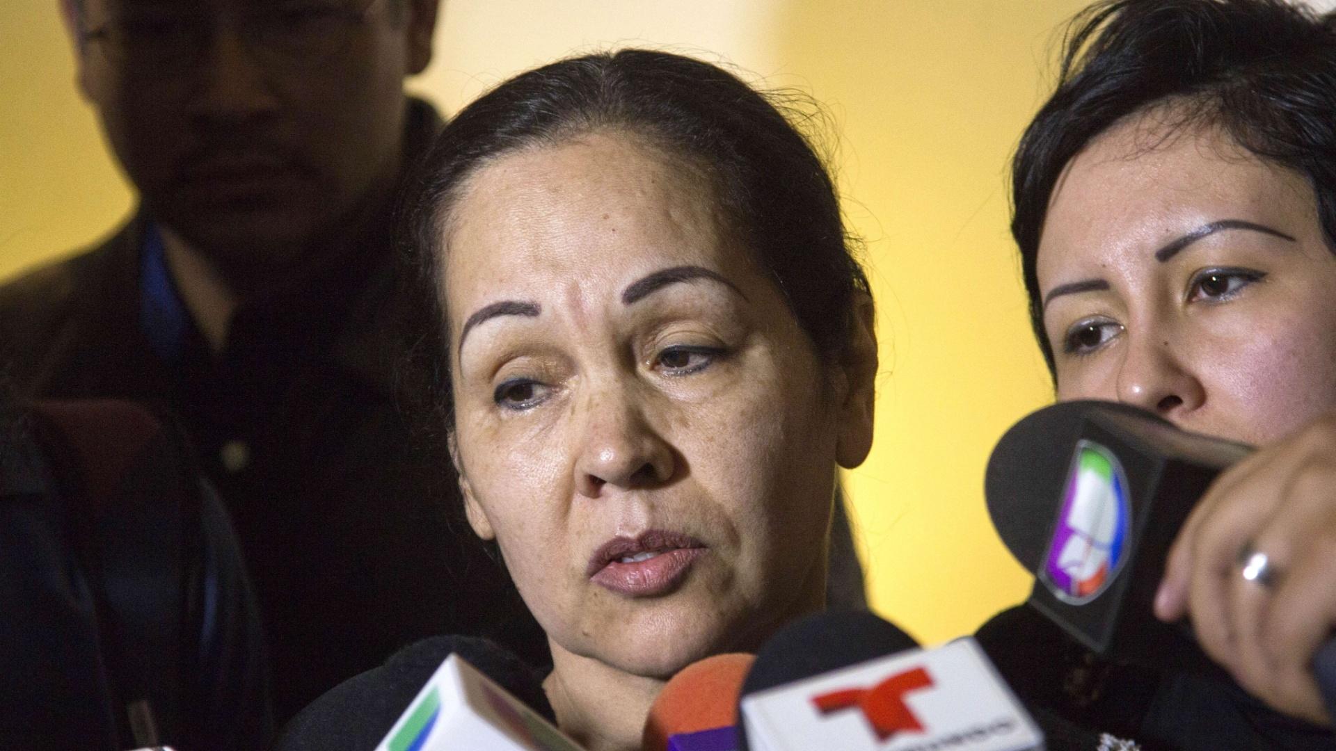 Luz Ramirez, mãe do lutador Pedro Aguayo Ramirez, fala com a imprensa após o funeral do filho, morto em um combate de luta livre no México