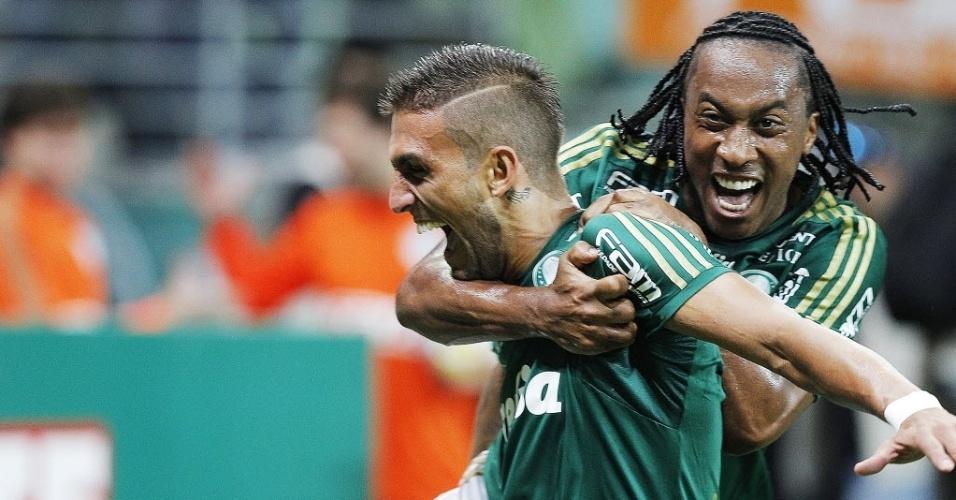 Arouca comemora com Rafael Marques o segundo gol do atacante para o Palmeiras contra o São Paulo