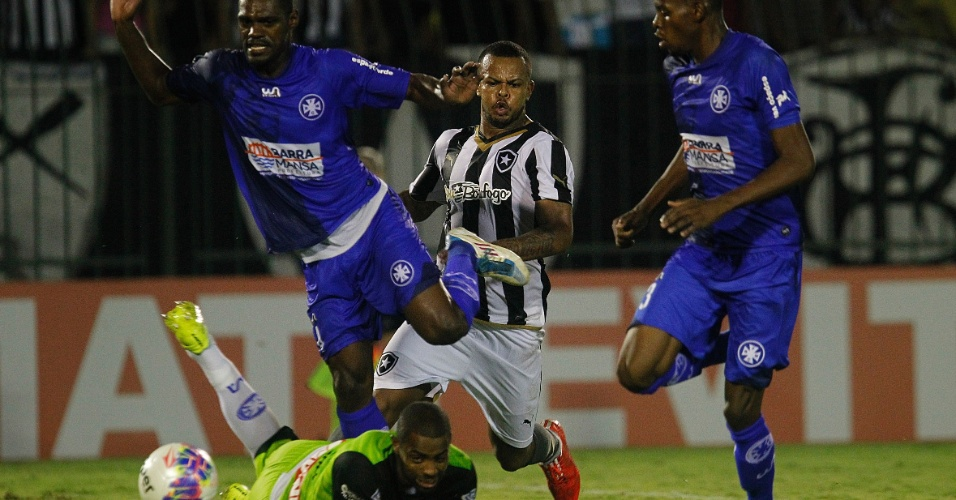 Bill disputa bola com jogadores do Barra Mansa em jogo do Botafogo