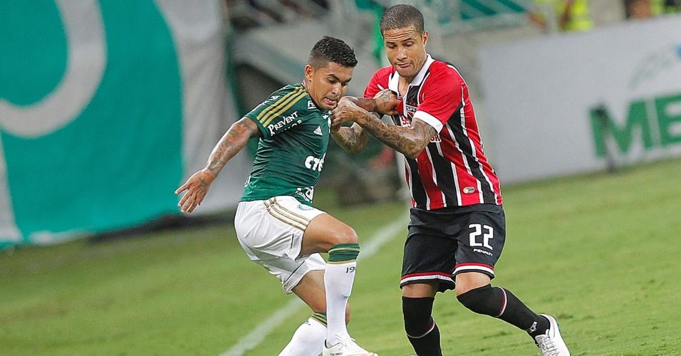Dudu e Bruno disputam a bola durante o segundo tempo do jogo entre Palmeiras e São Paulo