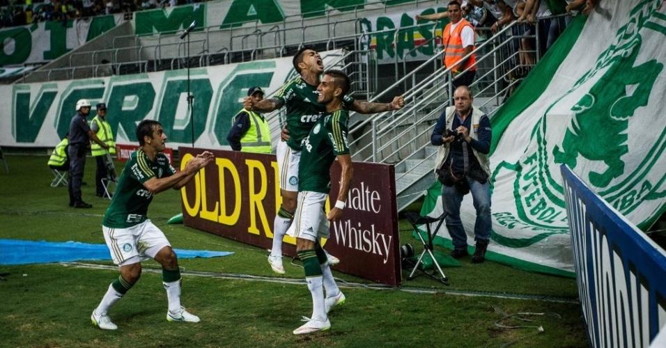 Jogadores do Palmeiras comemoram com Rafael Marques segundo gol do Palmeiras contra o São Paulo