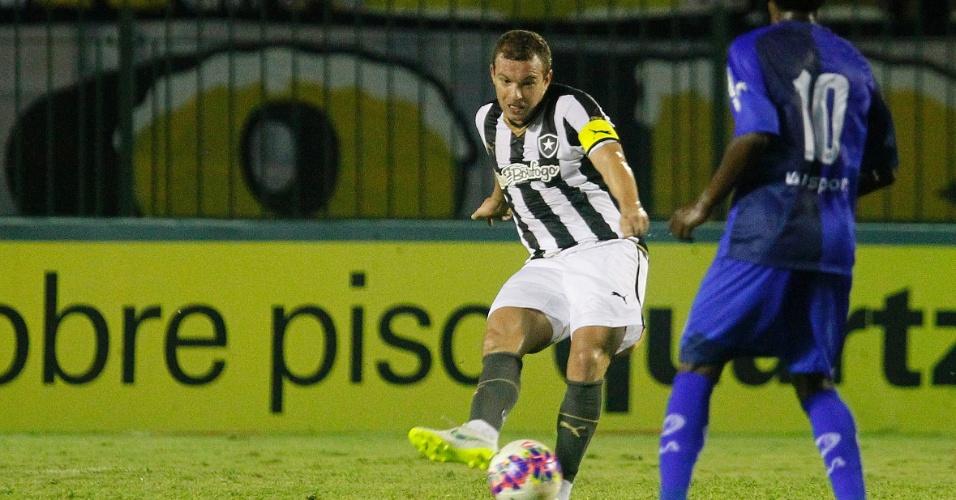Marcelo Mattos faz passe observado por jogador do barra Mansa contra o Botafogo