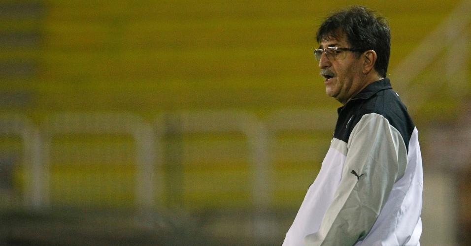 Técnico René Simões reclama com jogadores do Botafogo em jogo contra Barra Mansa