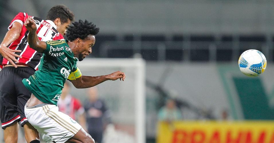 Zé Roberto disputa a bola com Alan Kardec durante o clássico entre Palmeiras e São Paulo