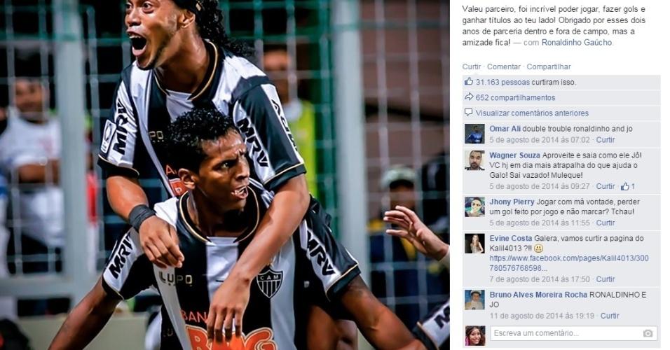 26.mar.2015 Um ano sem marcar: Jô se despede de Ronaldinho Gaúcho em postagem no Facebook. Os dois eram parceiros de balada.