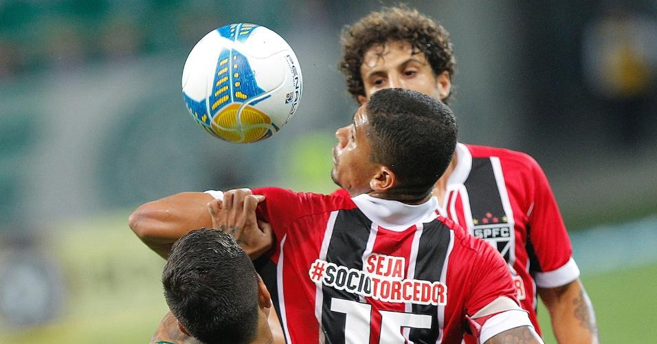Denilson, observado por Hudson, mata a bola em lance do clássico entre Palmeiras e São Paulo