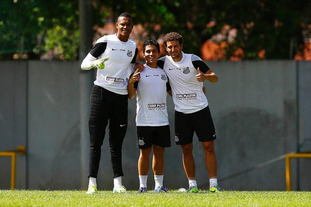 Elano ao lado do pequeno Lucas Otávio e do goleiro John Victor, do sub 20