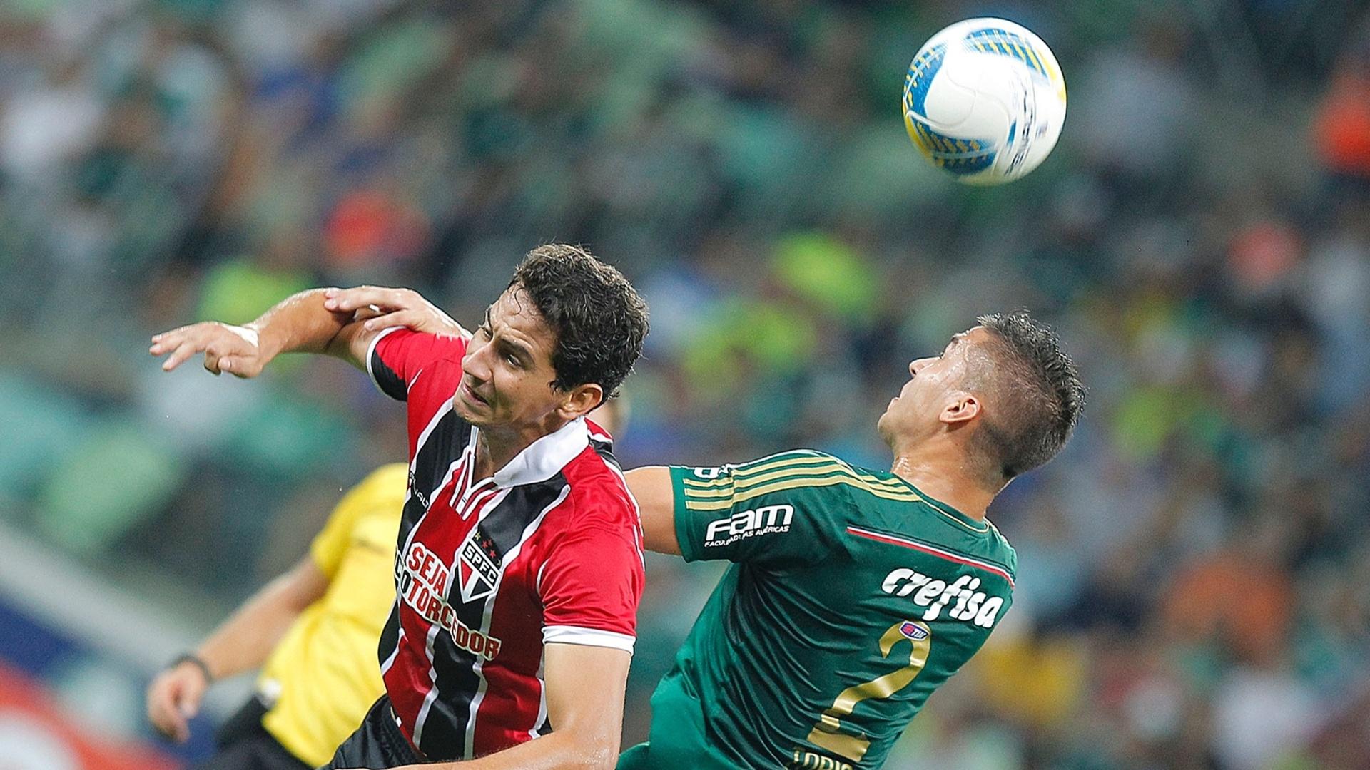 Ganso e Tobio em ação durante o clássico Palmeiras e São Paulo, pelo Campeonato Paulista