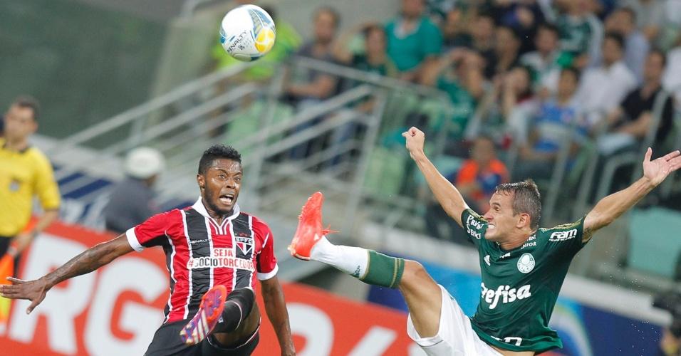 Michel Bastos e Lucas disputam a bola durante o confronto Palmeiras e São Paulo no Allianz Parque