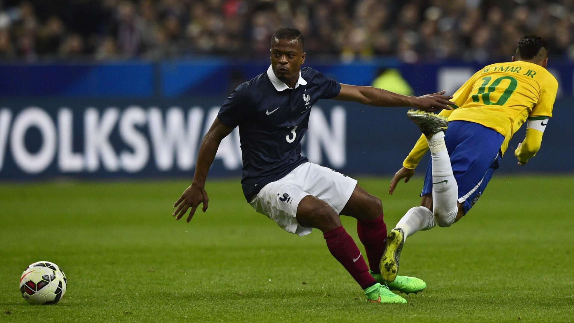 Neymar cai após disputar a bola com Evra no amistoso entre França e Brasil