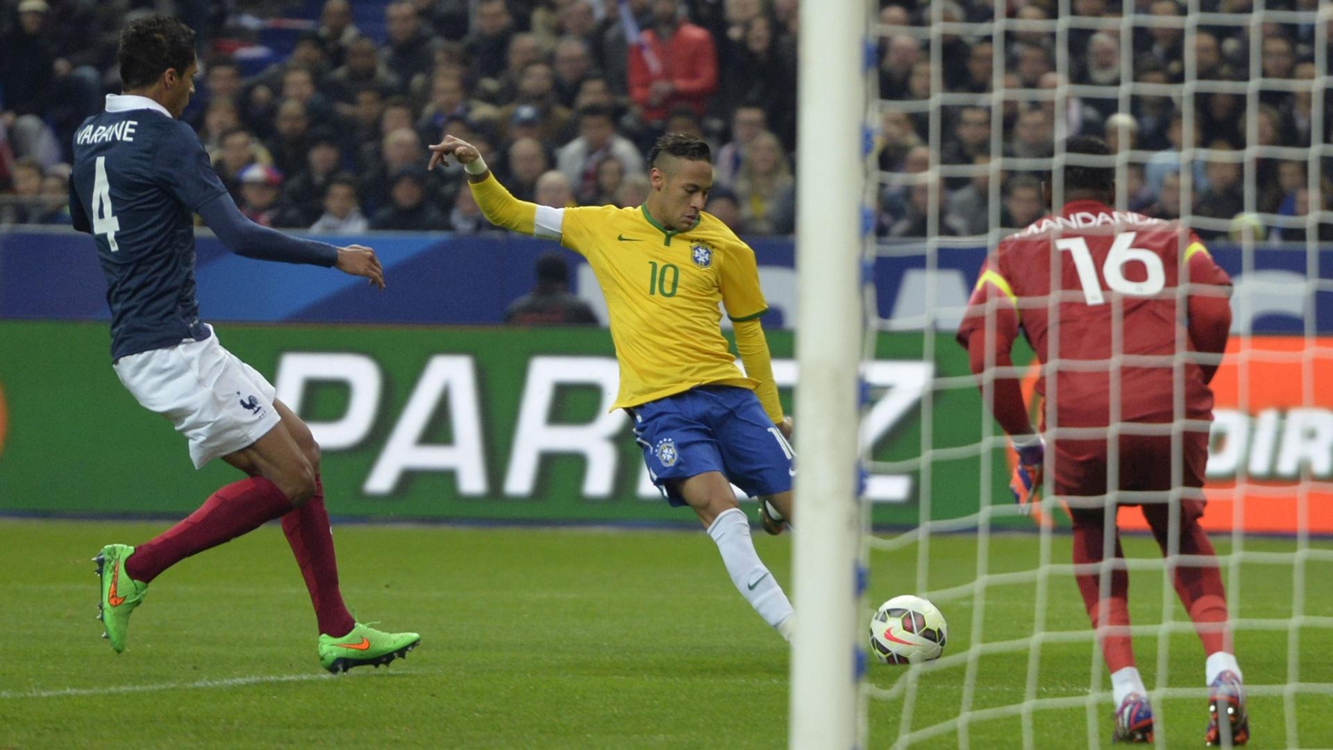 Neymar chuta para marcar o segundo gol do Brasil contra a França, em amistoso disputado em Paris