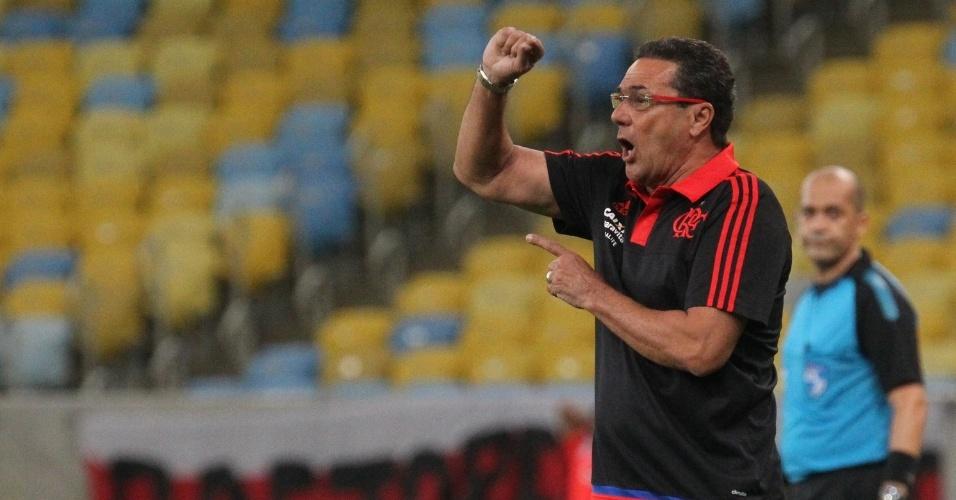 Vanderlei Luxemburgo comanda o Flamengo na vitória por 2 a 1 sobre o Bangu