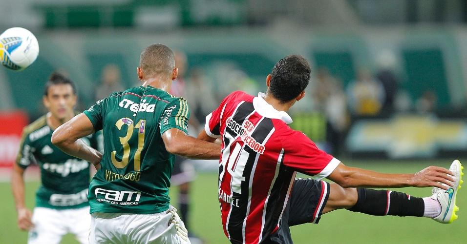 Vitor Hugo e Alan Kardec em lance do clássico entre Palmeiras e São Paulo pelo Campeonato Paulista