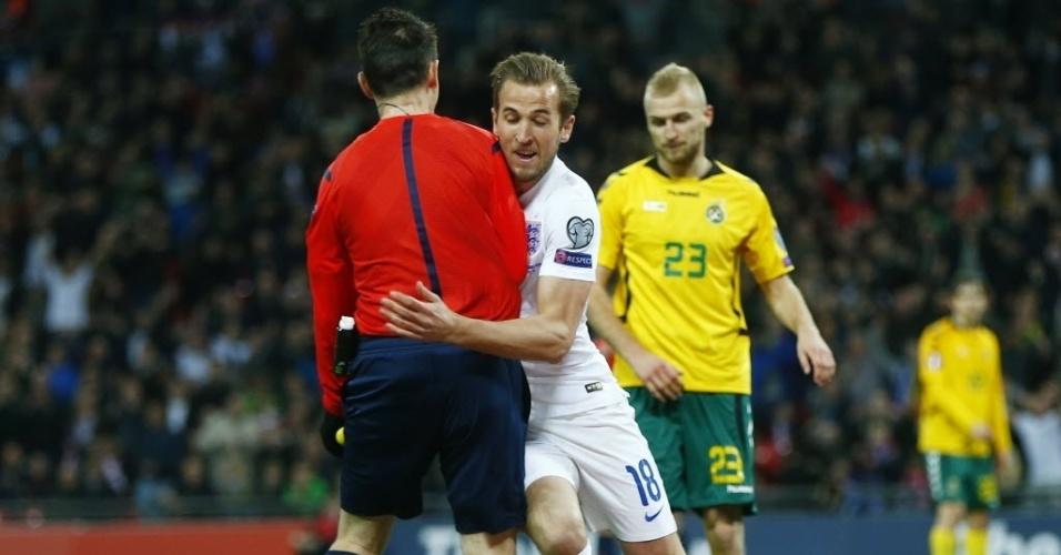 Atacante do Tottenham esbarra em árbitro assistente após balançar as redes pela Inglaterra