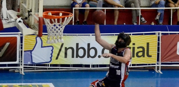 Teichmann em ação com o capacete em partida do Limeira