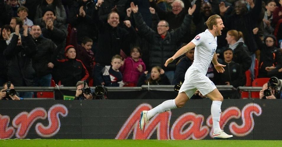 Harry Kane celebra o quarto gol da Inglaterra contra a Lituânia