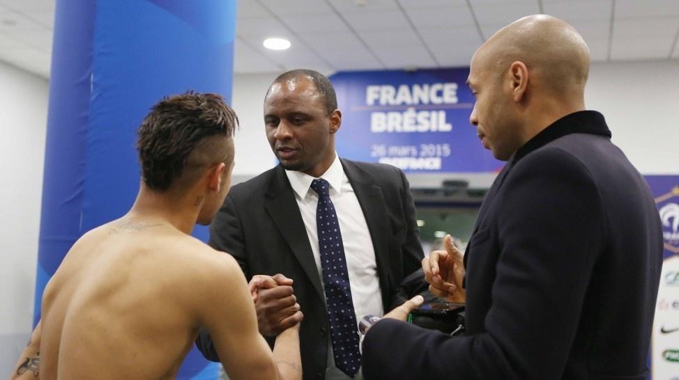Neymar é cumprimentado por Patrick Vieira e por Thierry Henry, ídolos da seleção francesa