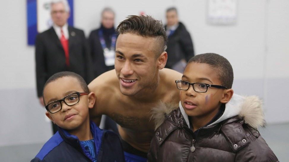 Neymar tira foto com filhos de Patrick Vieira
