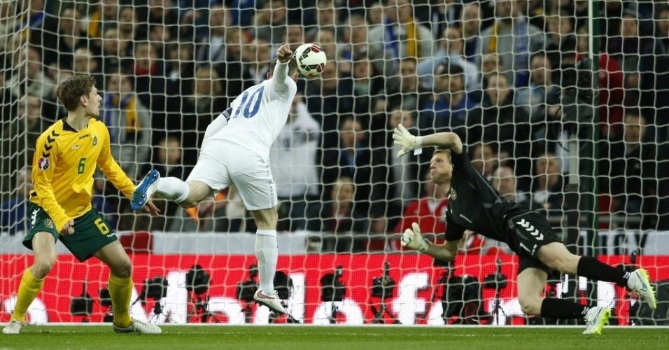 Rooney finaliza para abrir o placar para a Inglaterra contra a Lituânia pelo Grupo E das eliminatórias da Euro 2016