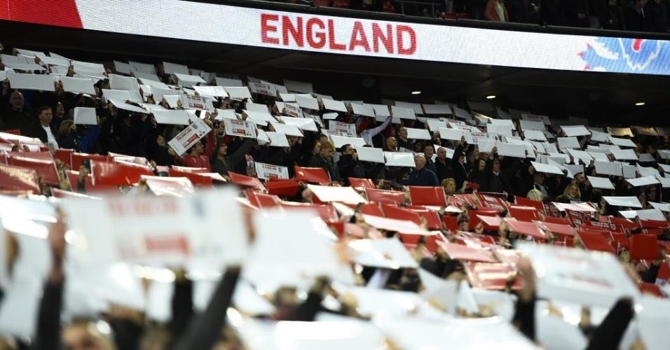 Torcedores da Inglaterra fazem mural gigante durante jogo contra a Lituânia pelas eliminatórias da Euro