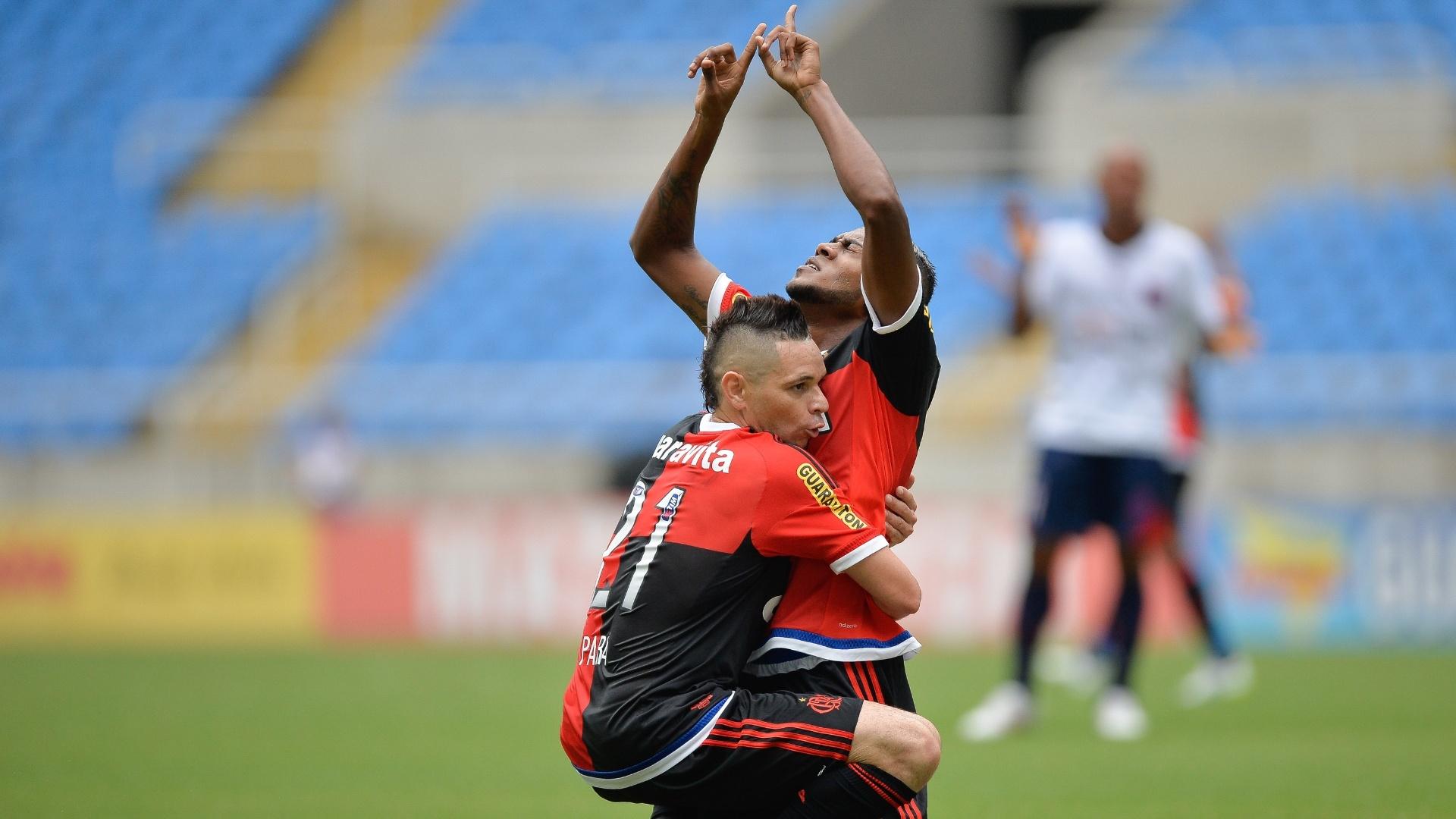 Pará abraça Marcelo Cirino, que abriu o placar para o Flamengo contra o Bonsucesso
