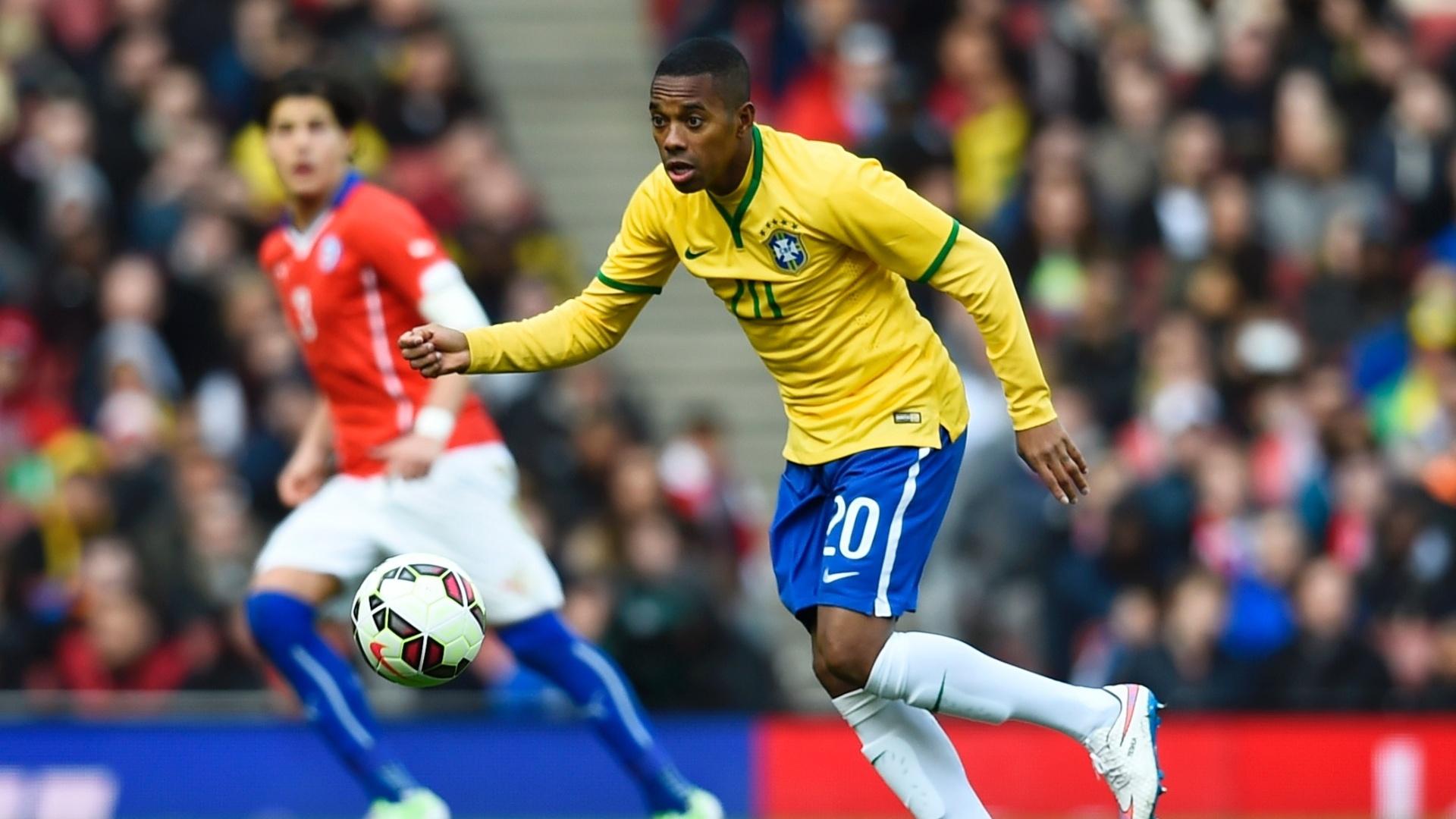 29.mar.2015 - Robinho conduz a bola durante amistoso contra o Chile no Emirates Stadium