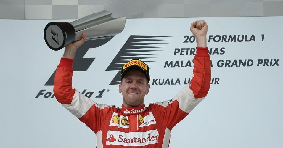 29.mar.2015 - Sebastian Vettel vibra com a vitória no GP da Malásia, a primeira dele como piloto da Ferrari